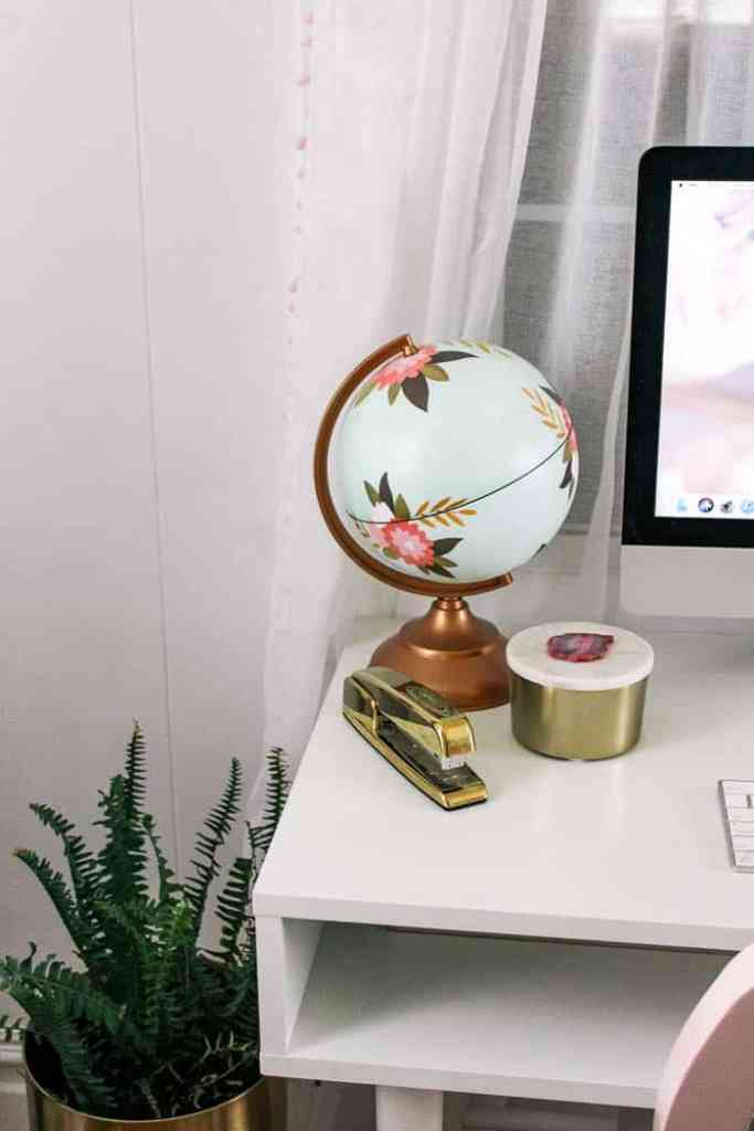 how to style a desk- ideas to make a boho chic work space with gold accents in your home office. Perfect for a small space- this small writing desk is so cute now that its all accessorized! Click though for a video tutorial!