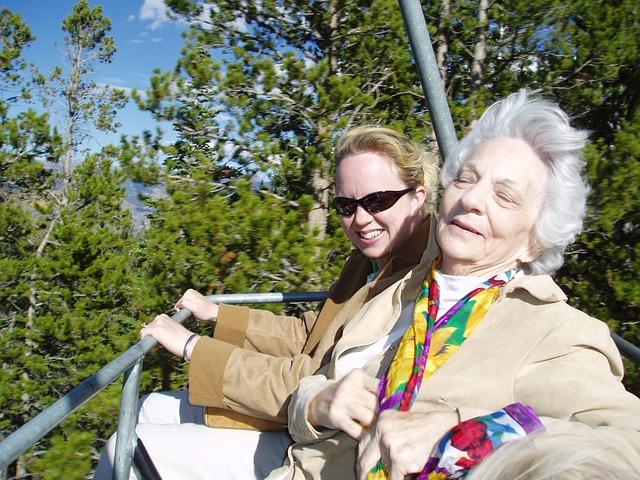 אישה זקנה וצעירה במעלית כיסא