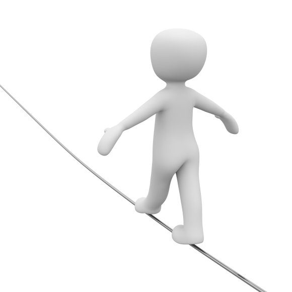 Weiße Figur balanciert auf Seil. Seiltänzer