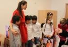 Monica a impartit rechizite copiilor de la Asociatia Hraniti Copiii