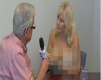 Video: Asa se face presa de scandal: O jurnalista se dezbraca in fata primarului pe care il intervieveaza