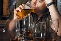 Betivii din Amsterdam sunt platiti in bere pentru a curata strazile