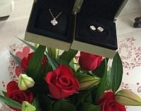 Afla ce actrita de la noi a primit trifoi de Valentine's Day!  Dar nu orice fel de trifoi! Ci un set de bijuterii din aur roz cu pietre pretioase!