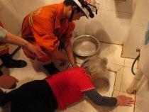 O femeie a ramas cu bratul blocat in toaleta timp de 4 ore