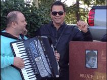 Grotesc: Jean de la Craiova canta la mormantul lui Bruce Lee