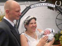 Din sala de maternitate, direct in fata altarului: o femeie s-a maritat la 4 ore dupa ce a nascut