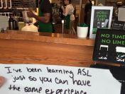 O angajata Starbucks a facut un gest impresionat pentru un client surd