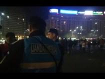 Jandarmii sunt huiduiți copios în Piața Victoriei de patrioții care nu cedează. LIVE Facebook