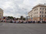 Muncitorii greviști demonstrează în Piața din Minsk pe măsură ce acțiunile de protest se răspândesc în toată țara