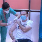"Florin Cîţu s-a vaccinat anti-COVID. Pe tricoul premierului scria ""Împreună invingem pandemia""   VIDEO"