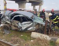 Tecuci: Autoturism lovit în plin de un tren. Șoferul nu s-a asigurat la trecerea peste calea ferată | FOTO