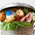 Mâncarea gătită reprezintă un sfert din totalul alimentelor aruncate de români la gunoi