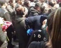 Înmormântare cu peste 250 de persoane și zeci de amenzi în județul Vâlcea   AUDIO