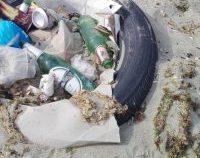 Tone de deșeuri sunt adunate, an de an, de pe plajele litoralului românesc. Administratorii, copleșiți de gunoaie