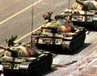 """Microsoft a blocat """"din greșeală"""" celebra imagine cu protestatarul în fața coloanei de tancuri din Tienanmen"""