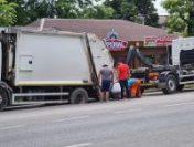 Craiova: O autospecială de transport deținuți a rămas blocată într-o groapă, după ce asfaltul s-a surpat | VIDEO