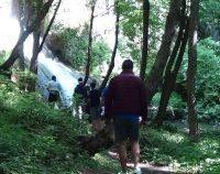 Turism activ cu ecologizare în Munţii Locvei: Voluntarii au curățat cascadele Burăul Mare și Modăvița de gunoaiele aduse de torenți