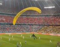 EURO2020: Mai multe persoane au fost rănite de un parapantist GreenPeace   VIDEO