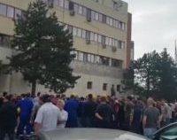 Peste 100 de muncitori au protestat în curtea Rafinăriei Petromidia față de condițiile de lucru