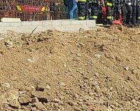 Un muncitor prins, luni, sub malul de pământ este încă internat în stare gravă