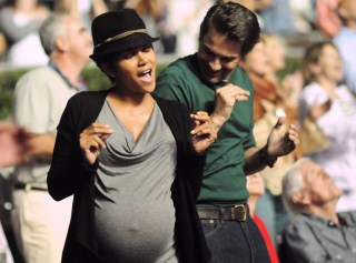 Halle Berry Olivier Martinez dance at concert