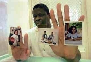 Rodney Reed hold family photos in jail