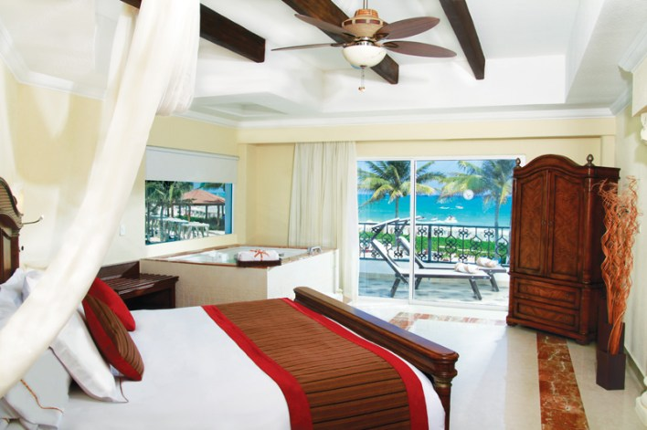 """Recently redecorated guest suites feature whirlpool tubs, spa robes and slippers, a complimentary fully-stocked bar and a """"magic box"""" through which room service deliveries can be made discreetly. All guest suites have ocean views."""