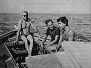 Abb. 2 Pierre Vogel (am Steuer), Professor Dujardin, Geologe, und der Taucher Jacques Mayol (rechts) haben der submarinen Stadt von Veyron zahlreiche Besuche abgestattet.