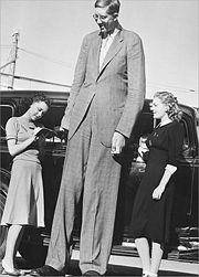 Abb. 3 Robert Wadlow (1918-1940) galt lange Zeit als 'größter Mensch der Welt'.