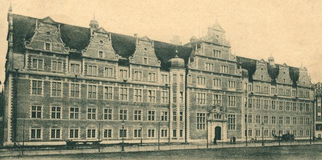 Budynek Prezydium Policji, zbudowany w alatach 1902-1905 według projektu Alfreda Muttraya. Obecnie gmach należy do Agencji Bezpieczeństwa Wewnętrznego. Źródło: Fotopolska.eu