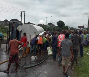 People seen scooping diesel from a fallen tanker in Calabar.