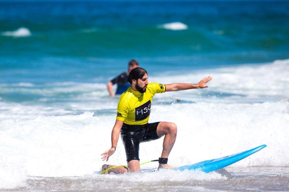 JP surfeando por el mar de Hossegor