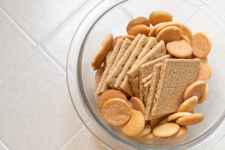 Bowl of Nila Wafers and graham crackers.