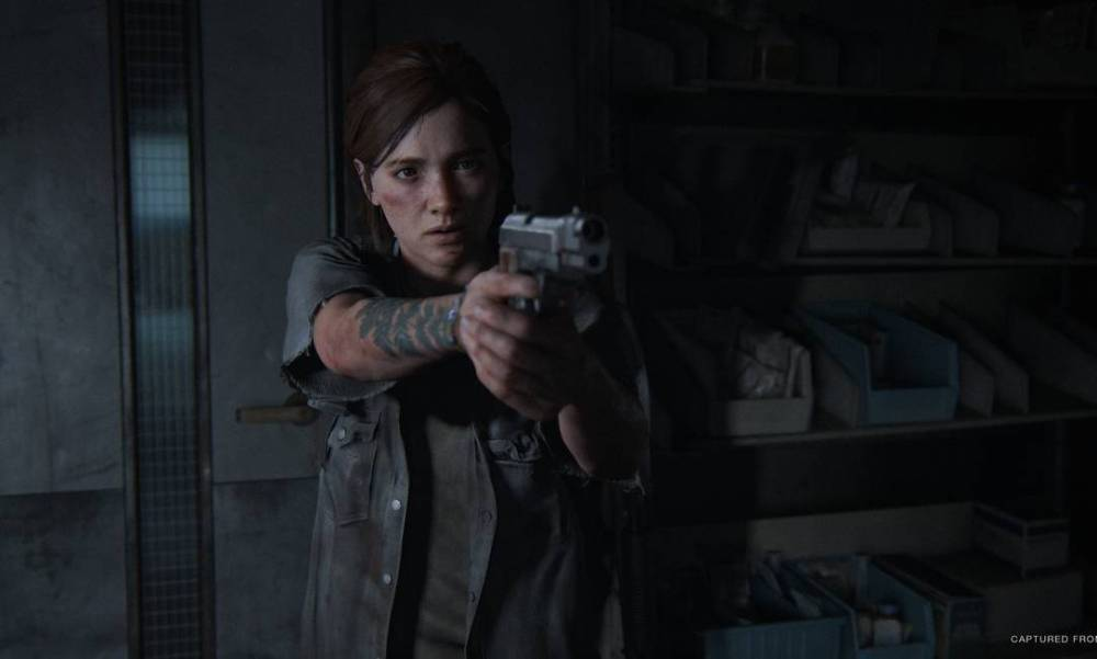 Ellie apontando uma arma