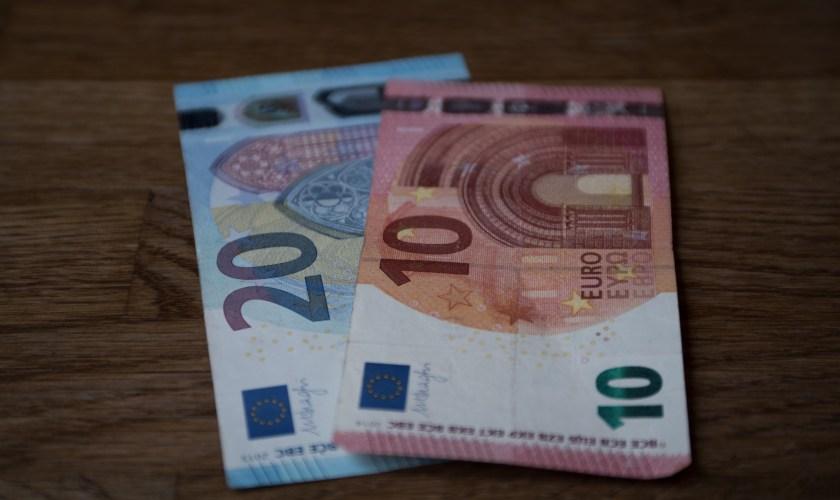 EURUSD comes under selling pressure near 1.1070