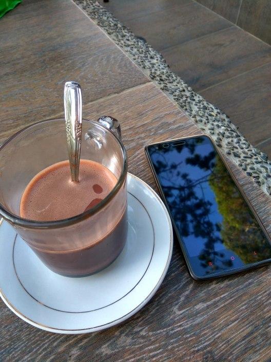 Nikmatnya secangkir susu coklat panas di pagi hari