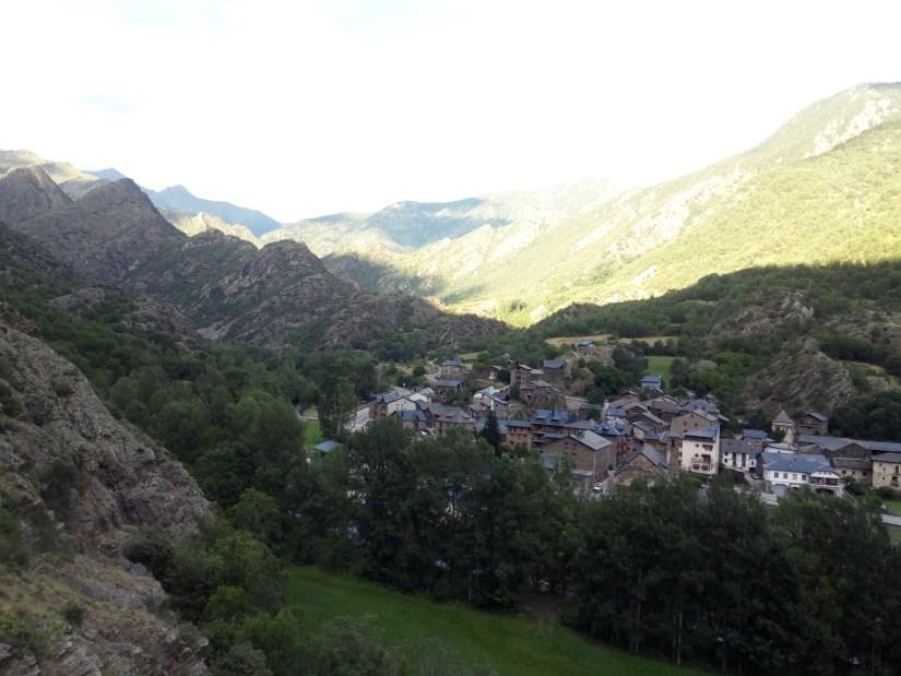 Vista del pueblo de Estaon Travesía Pirenaica Gr11