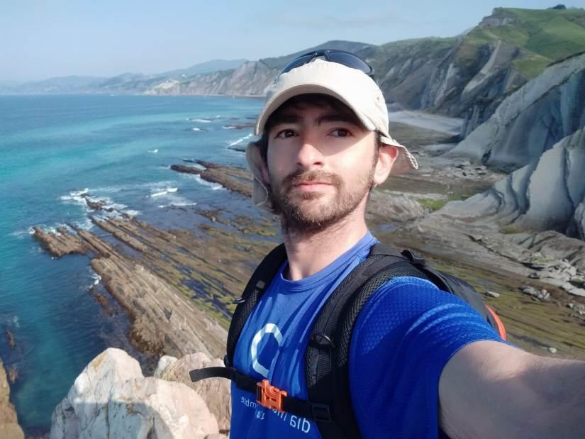 David con el mar a la espalda