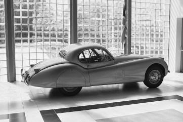 De coupéversie van de Jaguar XK120 wordt door velen gezien als een van de mooiste sportauto's aller tijden. In zijn tijd is het de snelste productieauto ter wereld. De typeaanduiding '120' betekent '120 mijl' (193 km/u), maar op een afgesloten stuk snelweg bij Jabbeke in België wordt een roadsterversie van de Jaguar XK120 in 1949 geklokt op een topsnelheid van bijna 220 km/u.