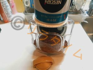 ネスカフェバリスタiにコーヒーを補充している様子