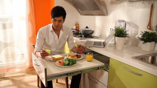 rolling kitchen cabinet tiny house appliances 《早餐》探讨都市夫妻关系 时差爱情如何保温_金鹰网