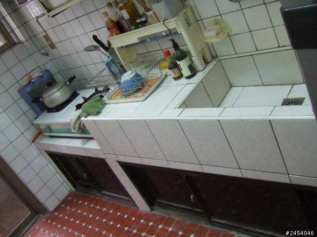 cement kitchen sink 1950s formica table and chairs 舊式泥作廚房不拆除 可否直接接新廚具 內有新估價單 空間設計與 準備搬入的房子的廚房照片如圖