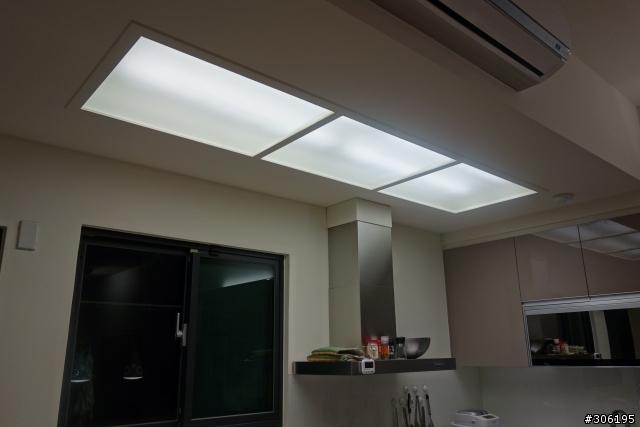 kitchen ceiling lights discount kitchens melbourne 省錢裝潢的照明規劃 新增沙發立燈 空間設計與裝潢 居家討論區 mobile01 接下來是廚房 廚房的一小部分有施做天花板 主要目的是利用木作天花板的垂直面來懸掛空調室內機 隱藏冷媒管與排水管 順便利用這塊區域規劃流明天花板 採用霧面強化