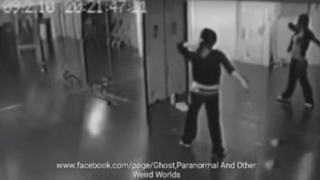 影/鏡中倒影轉頭瞪人!女子練舞畫面讓網友驚呼「好可怕」   國際   三立新聞網 SETN.COM - 新文易數