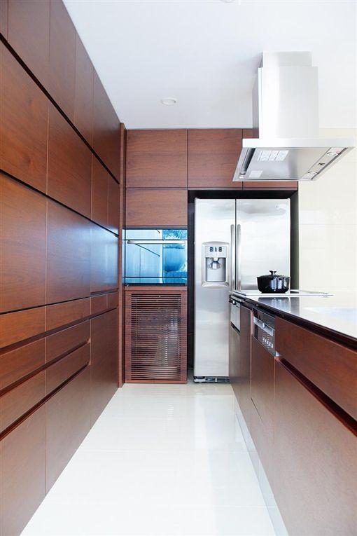 blum kitchen bins hand mixer 日本 超夯廚房 設計長這樣 牆面隱藏海量收納空間 名家 三立新聞網 名家專用 幸福空間 日本超夯廚房設計在牆面隱藏了