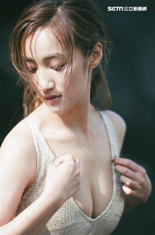 辣翻!台劇女神拍雜誌「秀隱乳」…再曬「絕對領域」超逼人