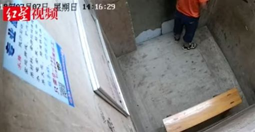 老師教沒在聽!屁孩對電梯門口撒尿 下秒驚閃綠光噴火花 | 國際 | 三立新聞網 SETN.COM
