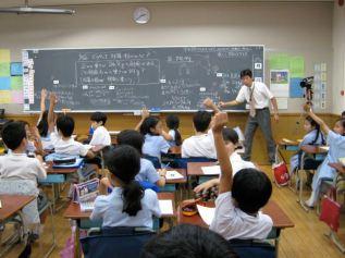 Tingkatan pendidikan di Jepang sama dengan di Indonesia yaitu dengan menggunakan sistem 6-3-3 (6 tahun SD, 3 tahun SMP, tiga tahun SMA) dan Perguruan Tinggi. Pendidikan Sekolah Dasar dan Sekolah Menengah Pertama digolongkan sebagai Compulsory Education dan Sekolah Menengah Atas digolongkan sebagai Educational Board. Di Jepang Pendidikan dasar tidak mengenal ujian kenaikan kelas, tetapi siswa yang telah menyelesaikan proses belajar di kelas satu secara otomatis akan naik ke kelas dua, demikian seterusnya. Ujian akhir juga tidak ada, karena SD dan SMP masih termasuk kelompok compulsory education, sehingga siswa yang telah menyelesaikan studinya di tingkat SD dapat langsung mendaftar ke SMP. Selanjutnya siswa lulusan SMP dapat memilih SMA yang diminatinya, tetapi kali ini mereka harus mengikuti ujian masuk SMA yang bersifat standar, artinya soal ujian dibuat oleh Educational Board.
