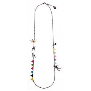 long-necklace-equilibrist-and-flags-