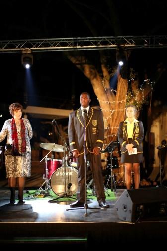 Banele Mthenjane met Baba Yetu. Mev Retha Smit en Mia Erasmus (dux leerlingraad) in die agtergrond.